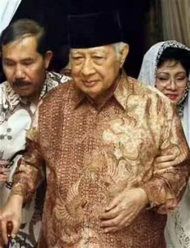 他是印尼排华事件发动者,导致30万华人遇害,侨民头颅被高挂示众
