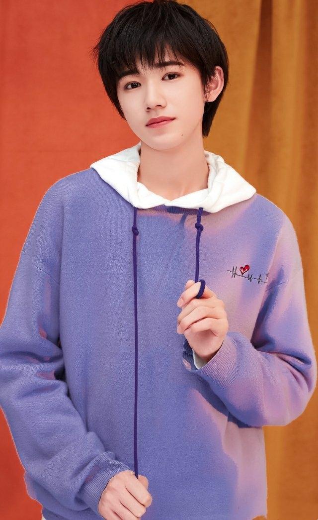 日系美少年宋亚轩,笑容阳光灿烂暖人心,穿搭也是教科书式优秀