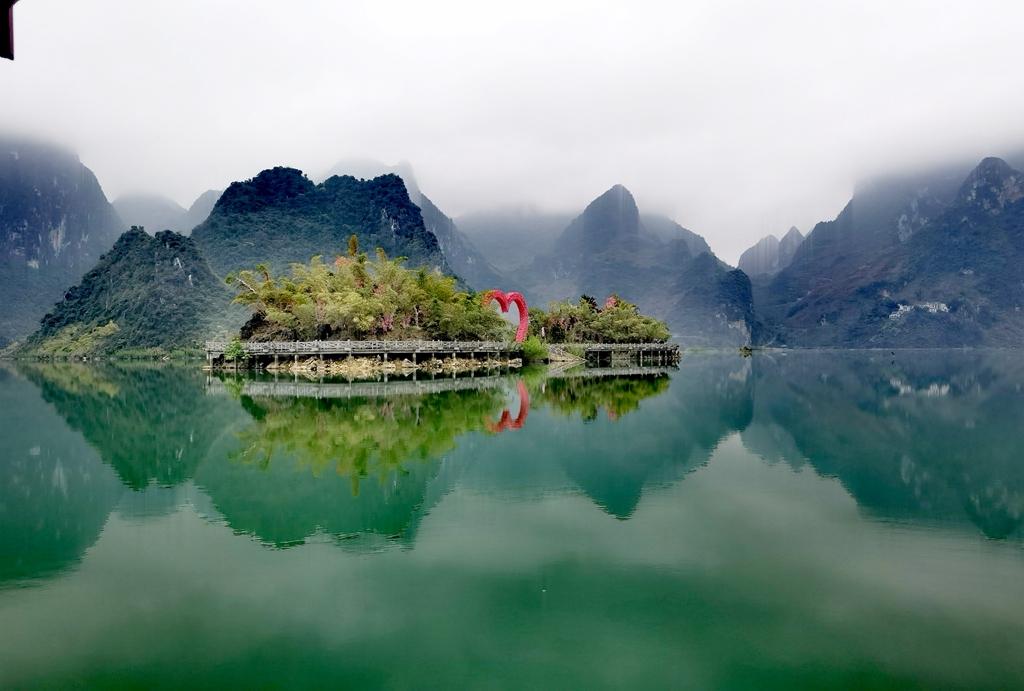 天阴不掩山水美(3)深山翡翠浩坤湖
