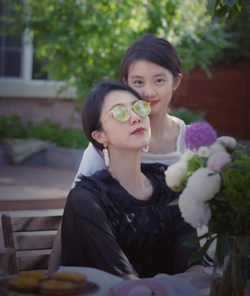 孙莉与女儿同框似姐妹,15岁的多多穿着成熟,气质完全不输妈妈
