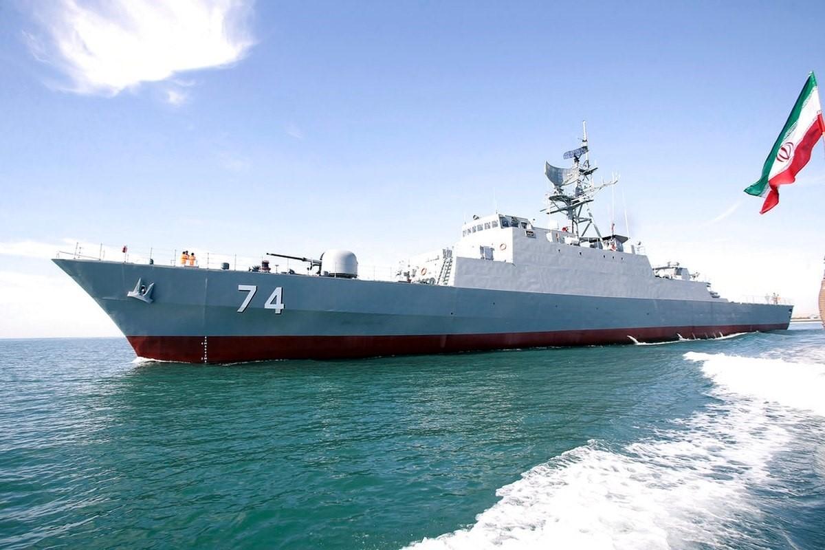 3万吨巨舰起火沉没!伊朗最大的一艘军舰就这么没了,谁干的?