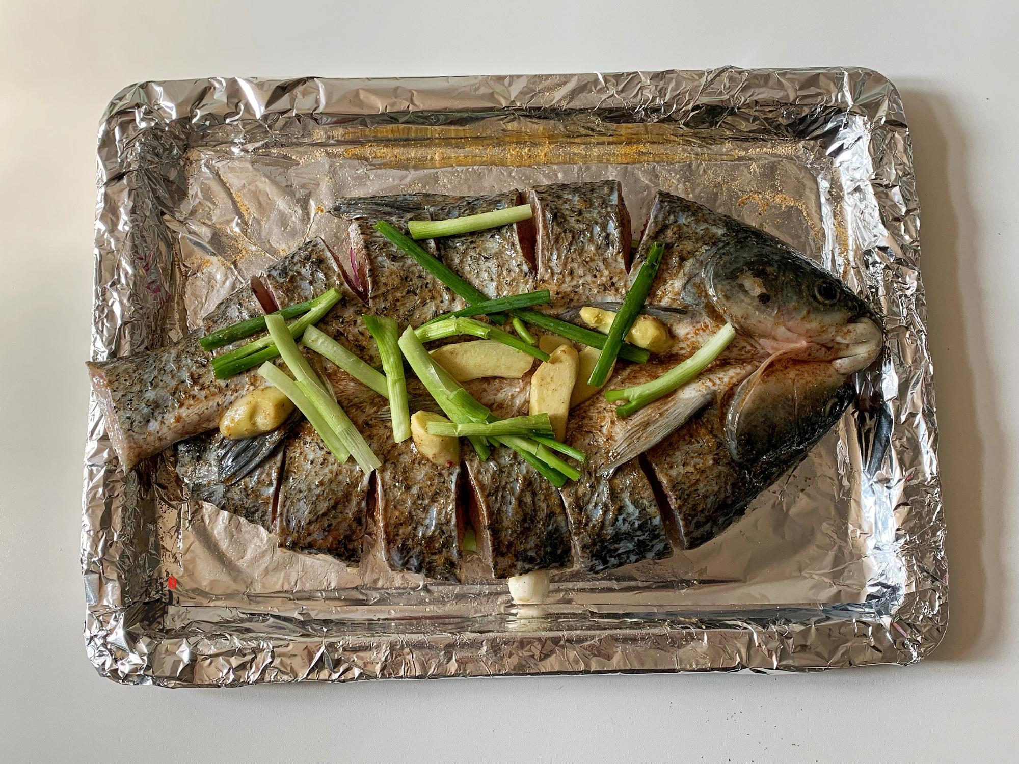 夏天,少吃豬肉多吃它,高營養高蛋白,醃好烤熟再拌入料汁,真香