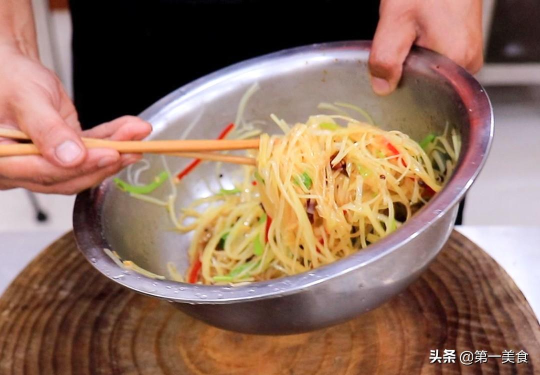 凉拌土豆丝好吃有诀窍,厨师长分享给你,清脆爽口,酸辣又开胃 美食做法 第8张