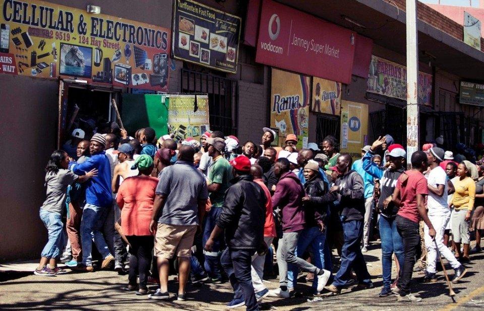 """南非骚乱严峻,当地华人组建""""自卫队"""",被迫携带枪支保护安全"""