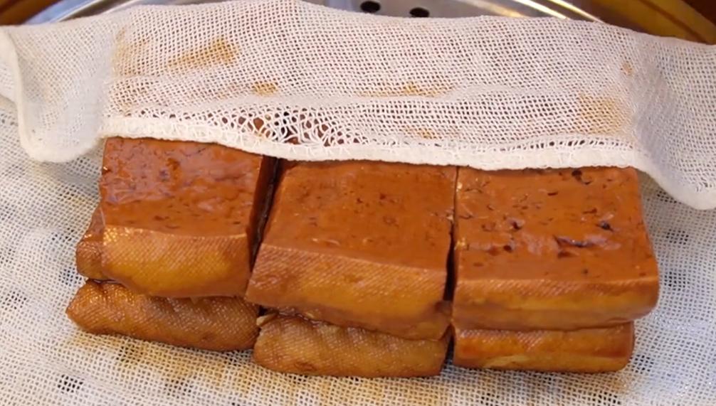 豆腐放鍋裡蒸一蒸,香辣下飯,不放肉也好吃,我家一周至少做3回