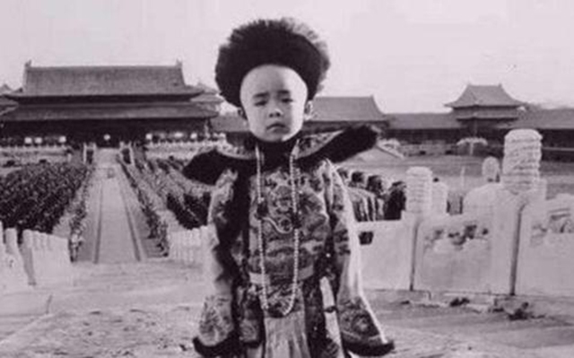 末代皇帝溥仪没有后代,看看小时候宫女对他做了什么