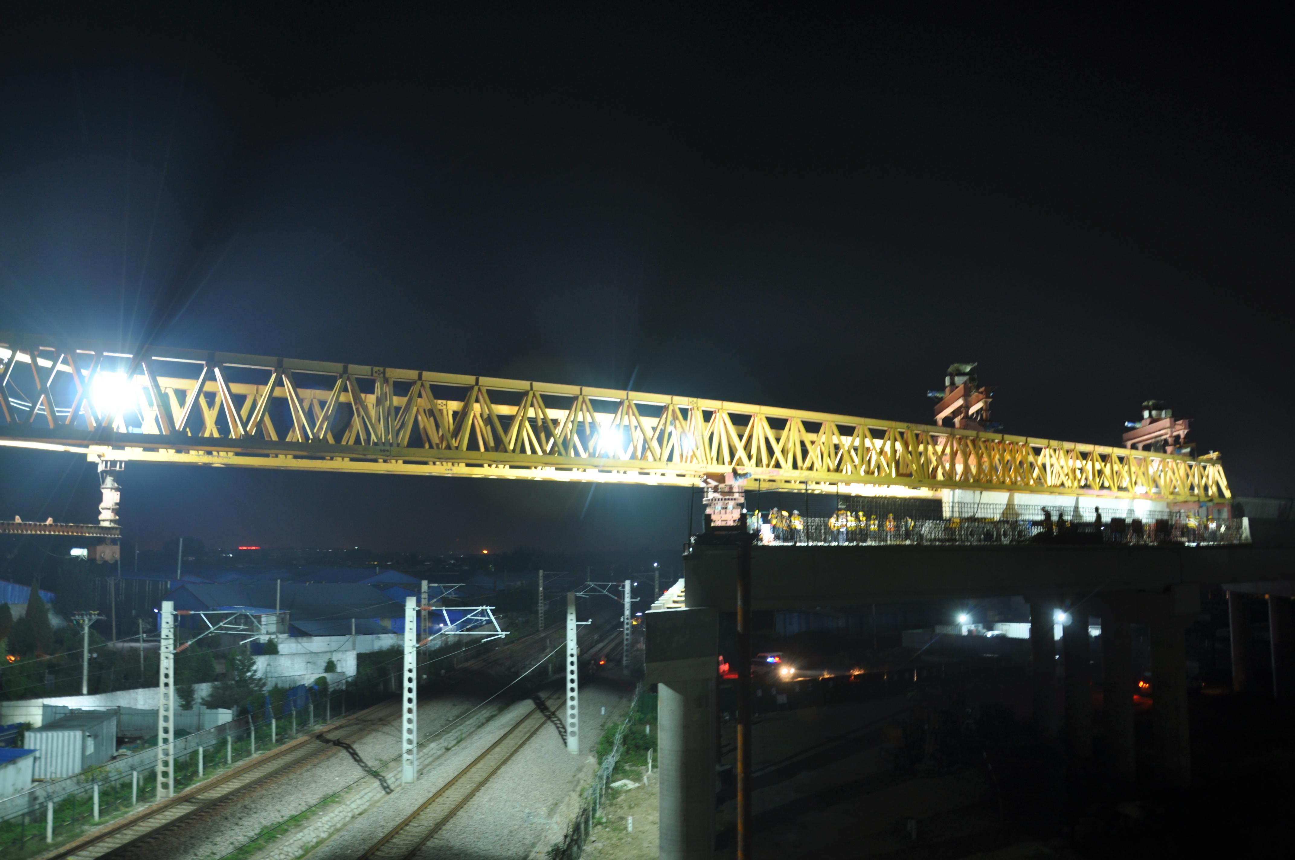 京沪高速改扩建工程跨兖石铁路桥主跨架梁全部完成