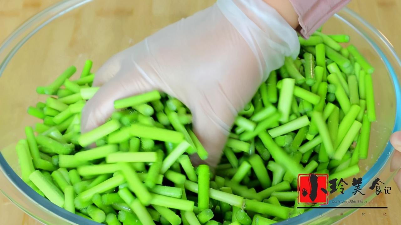 腌蒜苔的正宗做法,20几年的老配方,腌好就能吃,做一次吃半年 美食做法 第4张