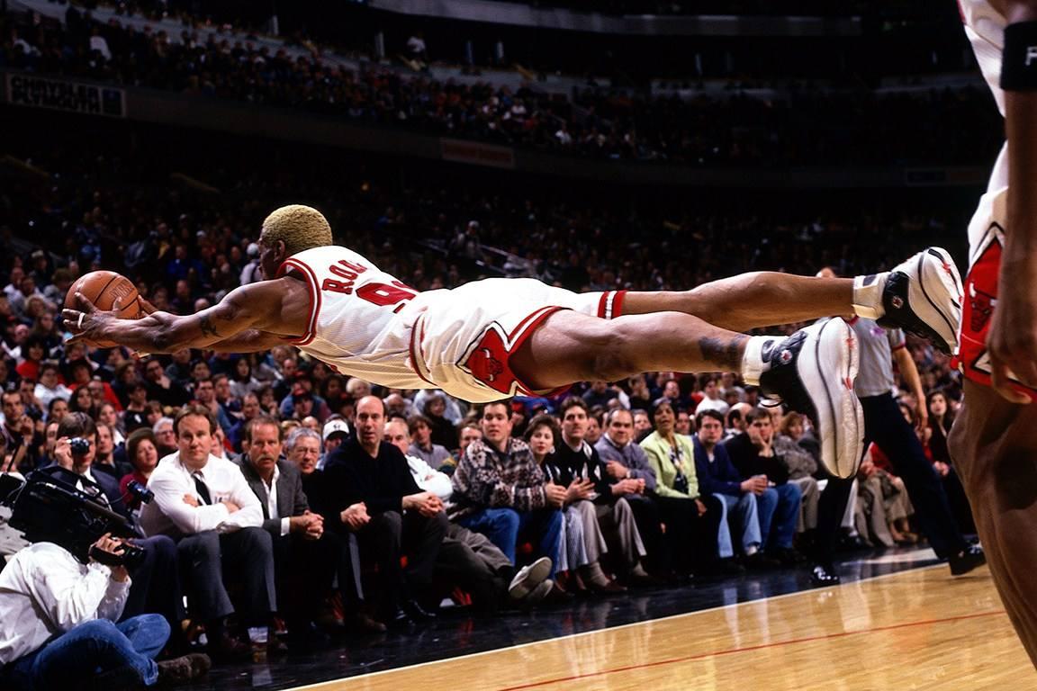 NBA最經典的救球瞬間!Rodman平行救球最帥,歐尼爾詮釋何為「清場」!