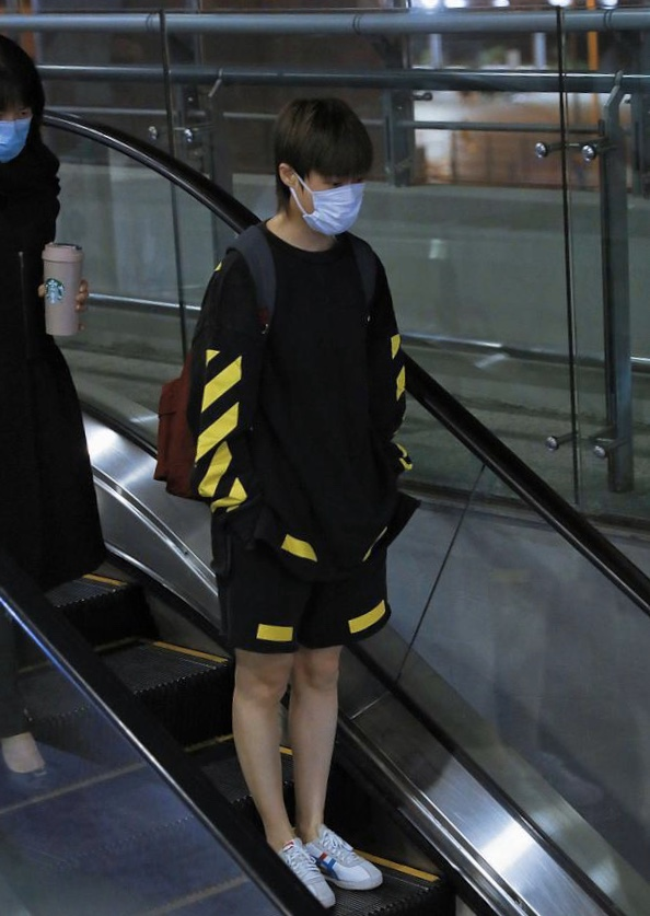 李宇春罕见露面,穿夏装现身机场,疫情期间依旧有成群粉丝接机