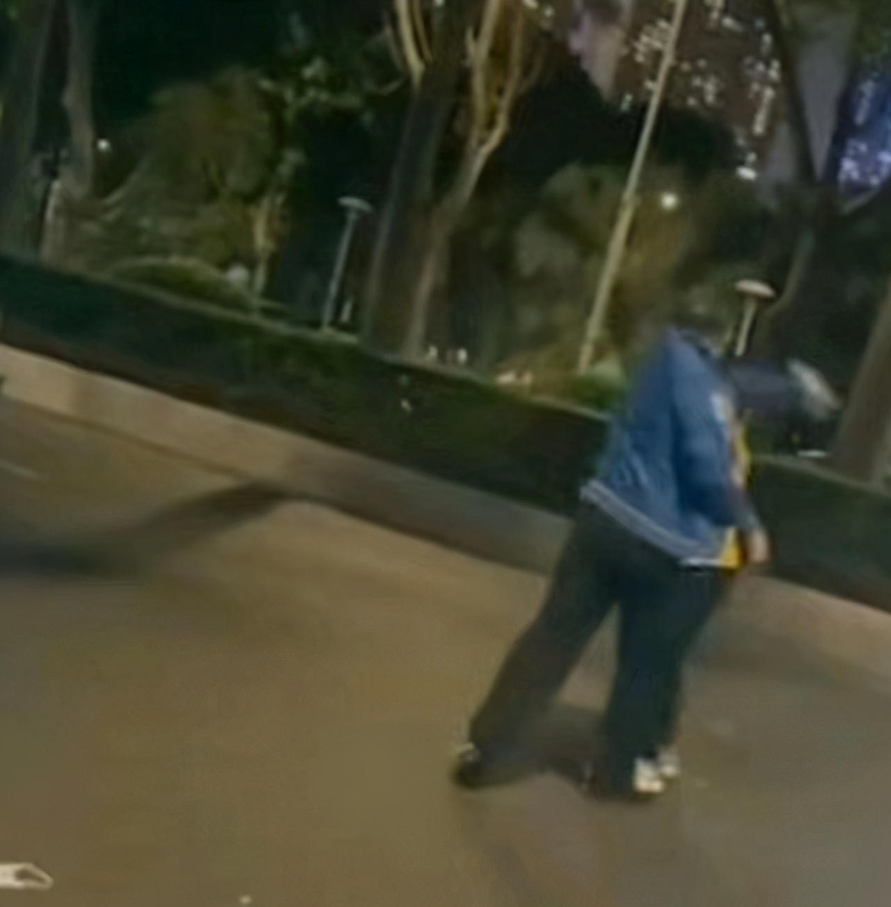 广州外卖小哥被当街暴打,全程无法还手,打人者恐吓路人:谁拦弄死谁