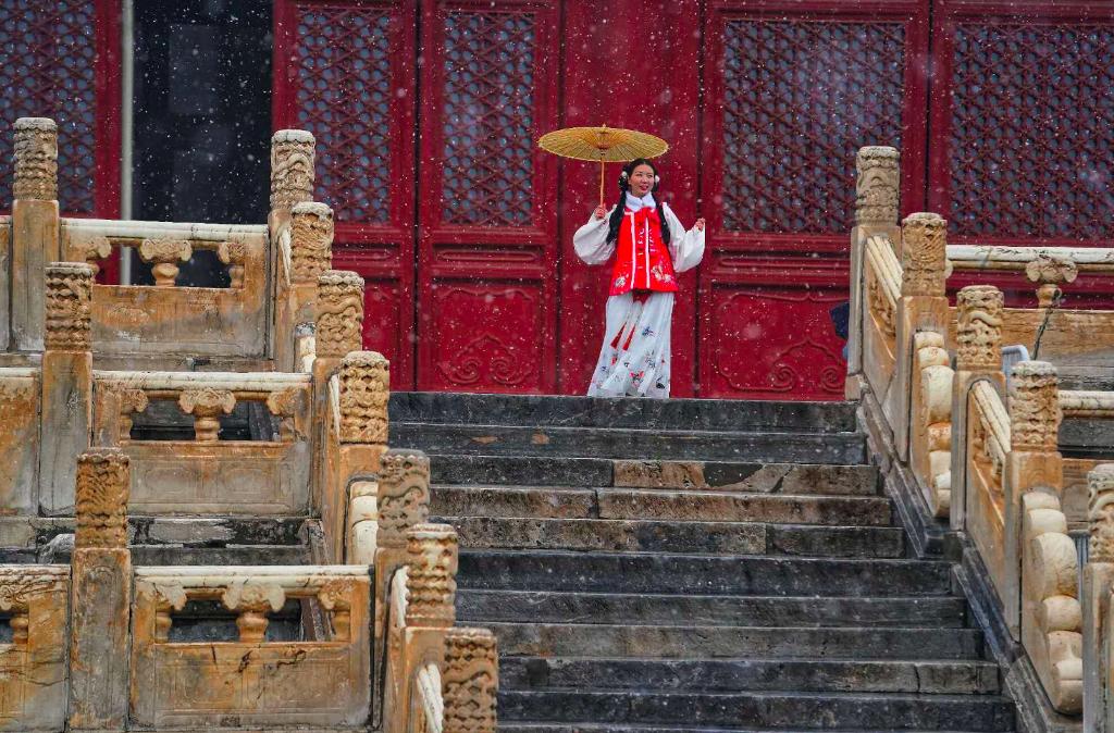 """红墙白雪,""""穿越""""美女,太庙景区成网红打卡地"""