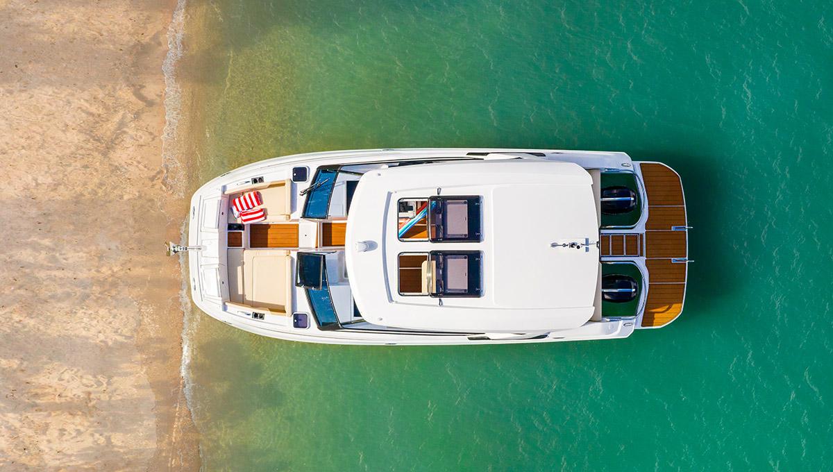 「Aquila 32」双体动力艇,小尺寸有大乐趣,速度接近35节