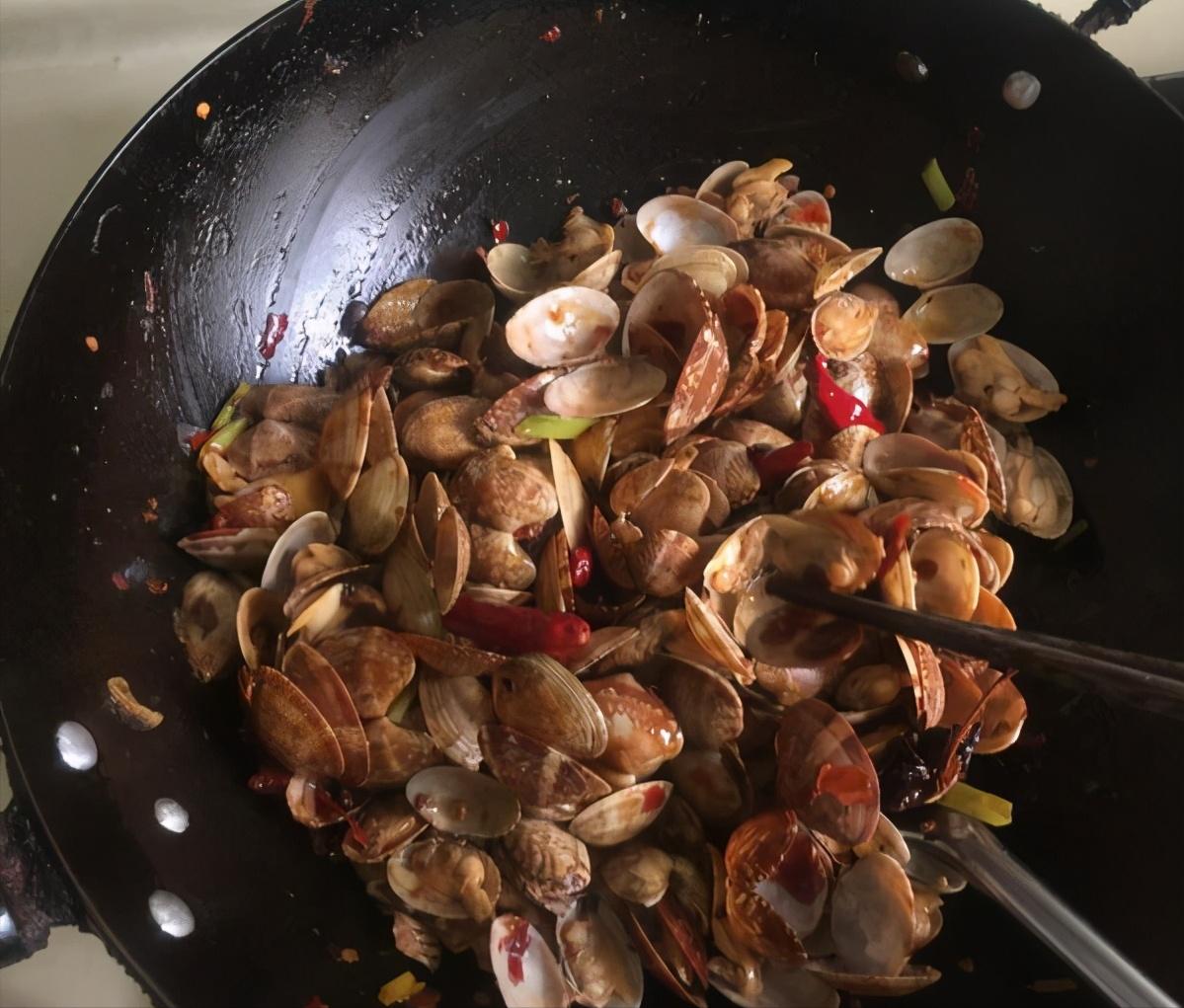 花甲先煮后炒?这样做出来的花甲更鲜甜,全程不用一滴水 美食做法 第3张