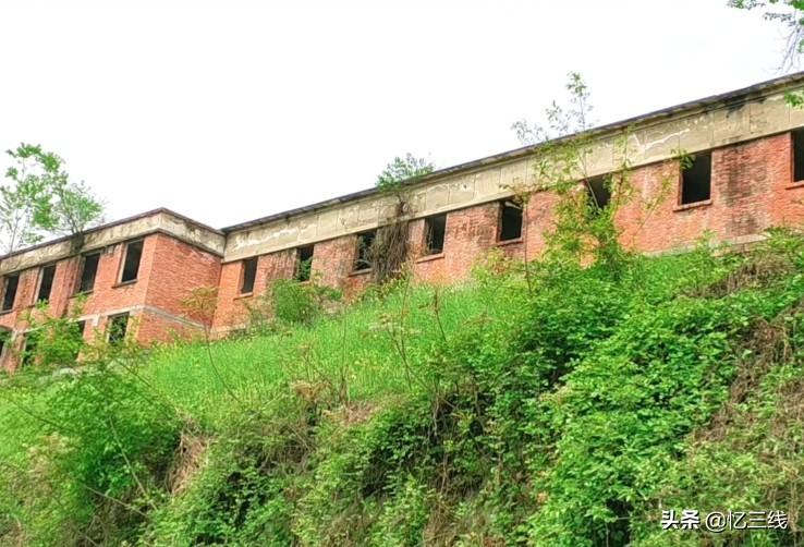 陕西废弃的军工厂,上百栋建筑被遗弃,但环境优美适合养老