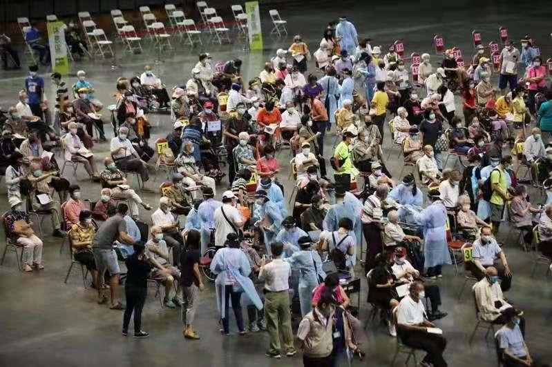 台灣各地爆出施打疫苗亂象,有接種點大排長龍累死老人