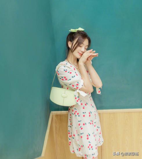 袁珊珊精神抖擞开工,樱桃裙+蝴蝶结太少女,宛如一个小仙女