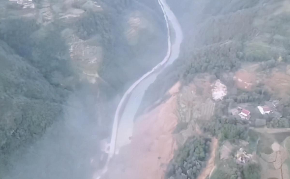 陕西镇巴发生大面积山体垮塌 村民称:已形成堰塞湖