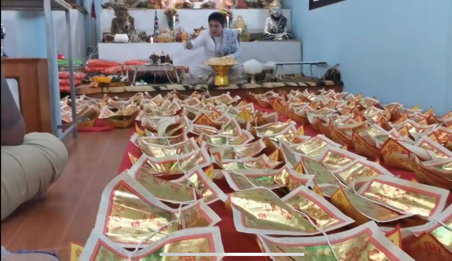 LISA生病,粉絲請泰國寺廟高僧念經加持,視頻畫面彆扭又詭異