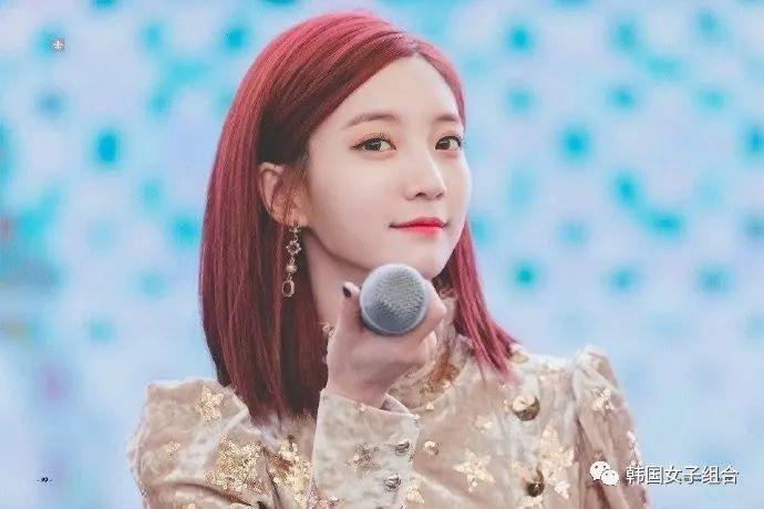 这位女团爱豆的红发时期VS最近的蓝发