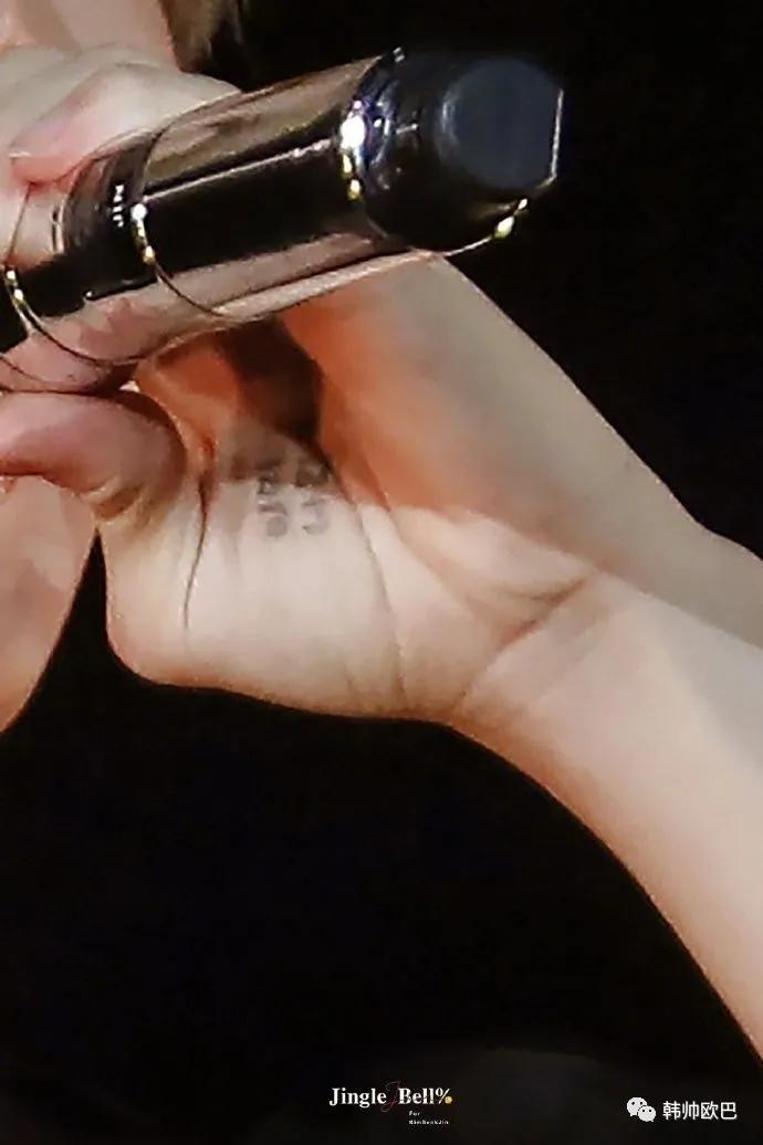 在手掌上写着粉丝好可爱的这位男团爱豆