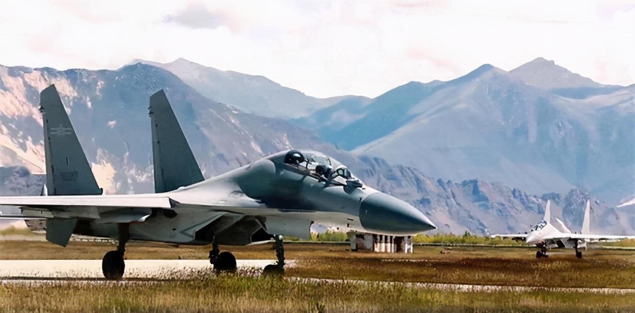 """歼-16摒弃俄系风格 飞行员换装了更轻、更强的""""熊猫盔"""""""