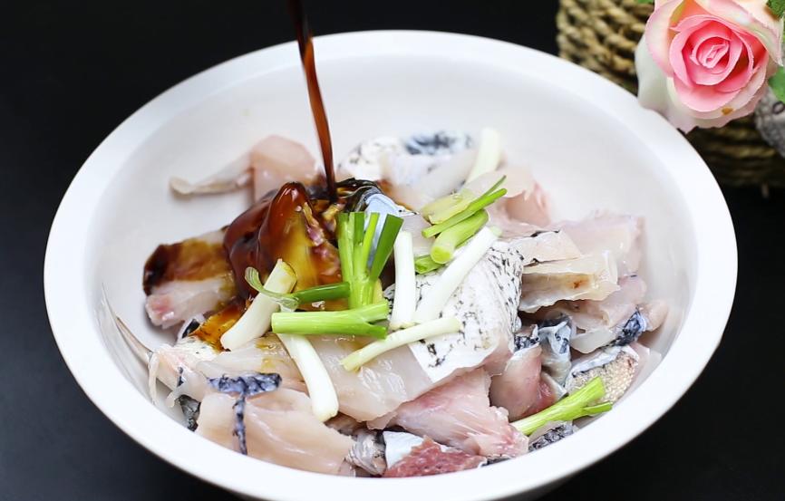 做鱼丸剩下的鱼头不要丢,大厨教你一种做法,香辣好吃又下酒 美食做法 第2张