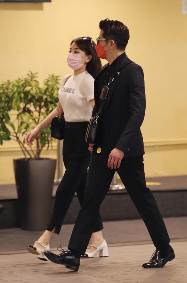 """方媛与郭富城甜蜜现身,黑白造型很亮眼,这气质不愧是""""天王嫂"""""""