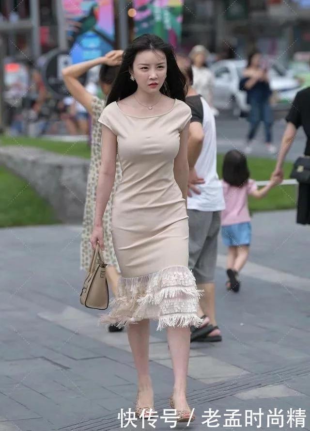 窈窕淑女,君子好逑,连衣裙女孩如此俊美,让路人动心