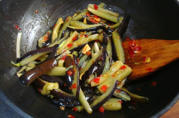 炒茄子时,不要着急下锅炒,教您一招,茄子炒好不发黑,不油腻 美食做法 第6张