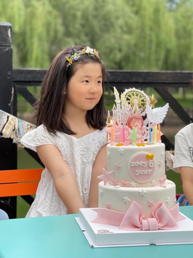 张亮为女儿庆6岁生日,妹妹穿公主裙对着蛋糕许愿,似长发版天天