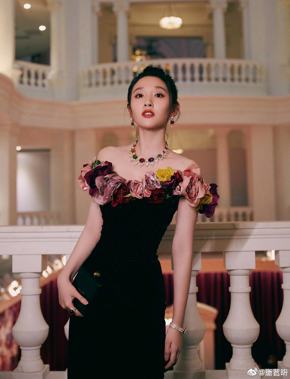 唐艺昕产后首露面,张若昀晒照表白:我爱她就像她爱我
