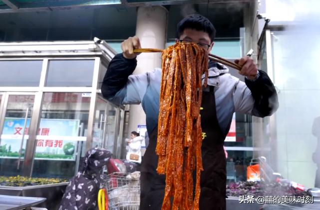 陝西小夥子賣街頭小吃,10元1斤月收入5萬元,一家人靠他買房買車