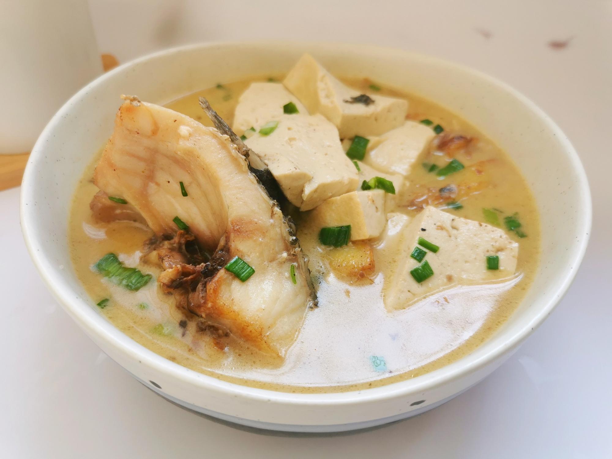 魚頭湯很多人做錯了,難怪不好喝,分享3個要點,湯汁奶白無腥味