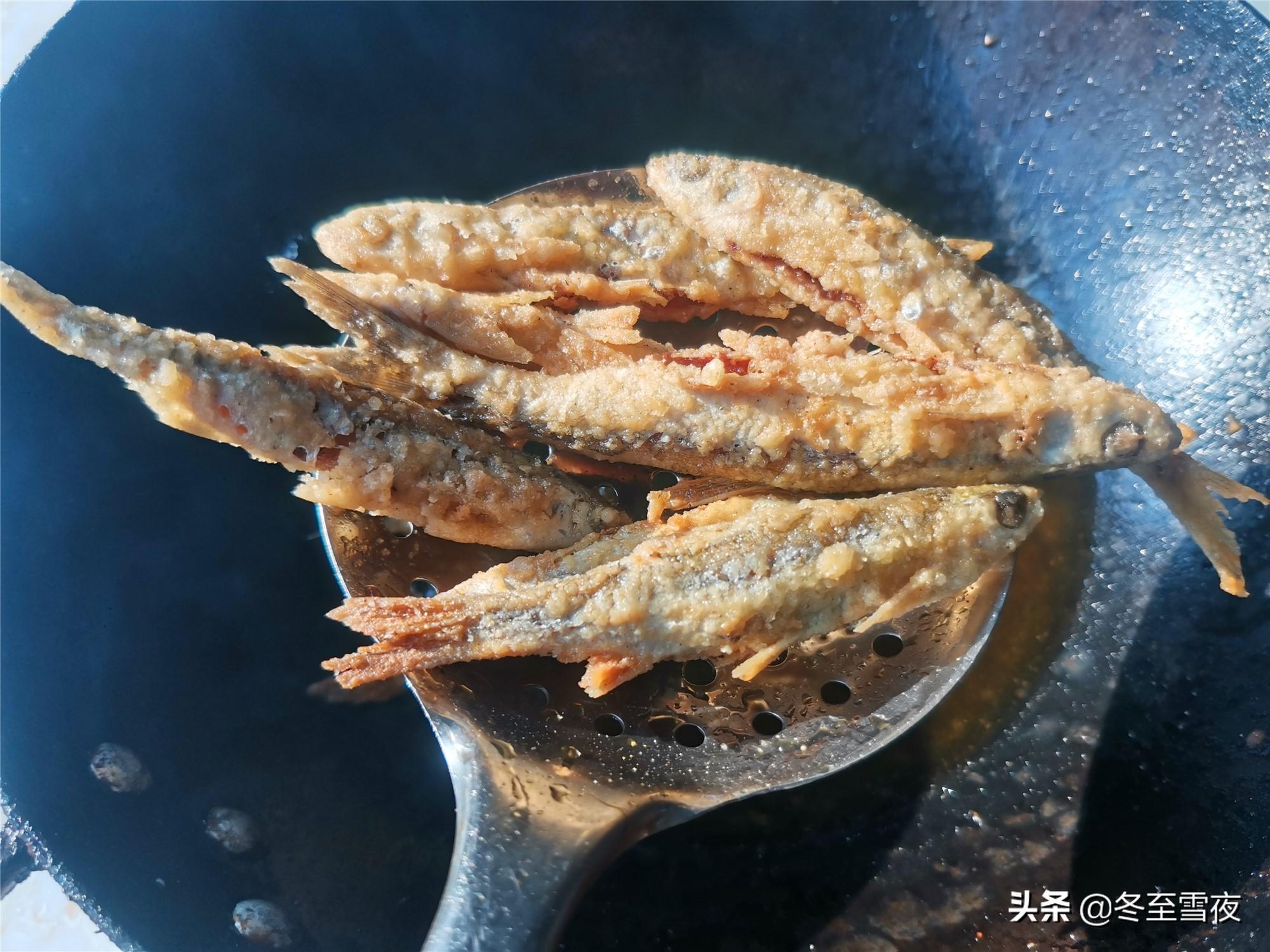 怎样把小河鱼炸得又香又酥,教你干炸的做法,金黄酥脆味道香 美食做法 第7张