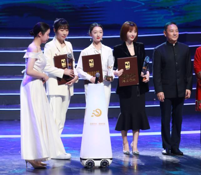 张馨予现身金鸡奖,分享人生第二次主持经历:紧张到忘记吸肚子