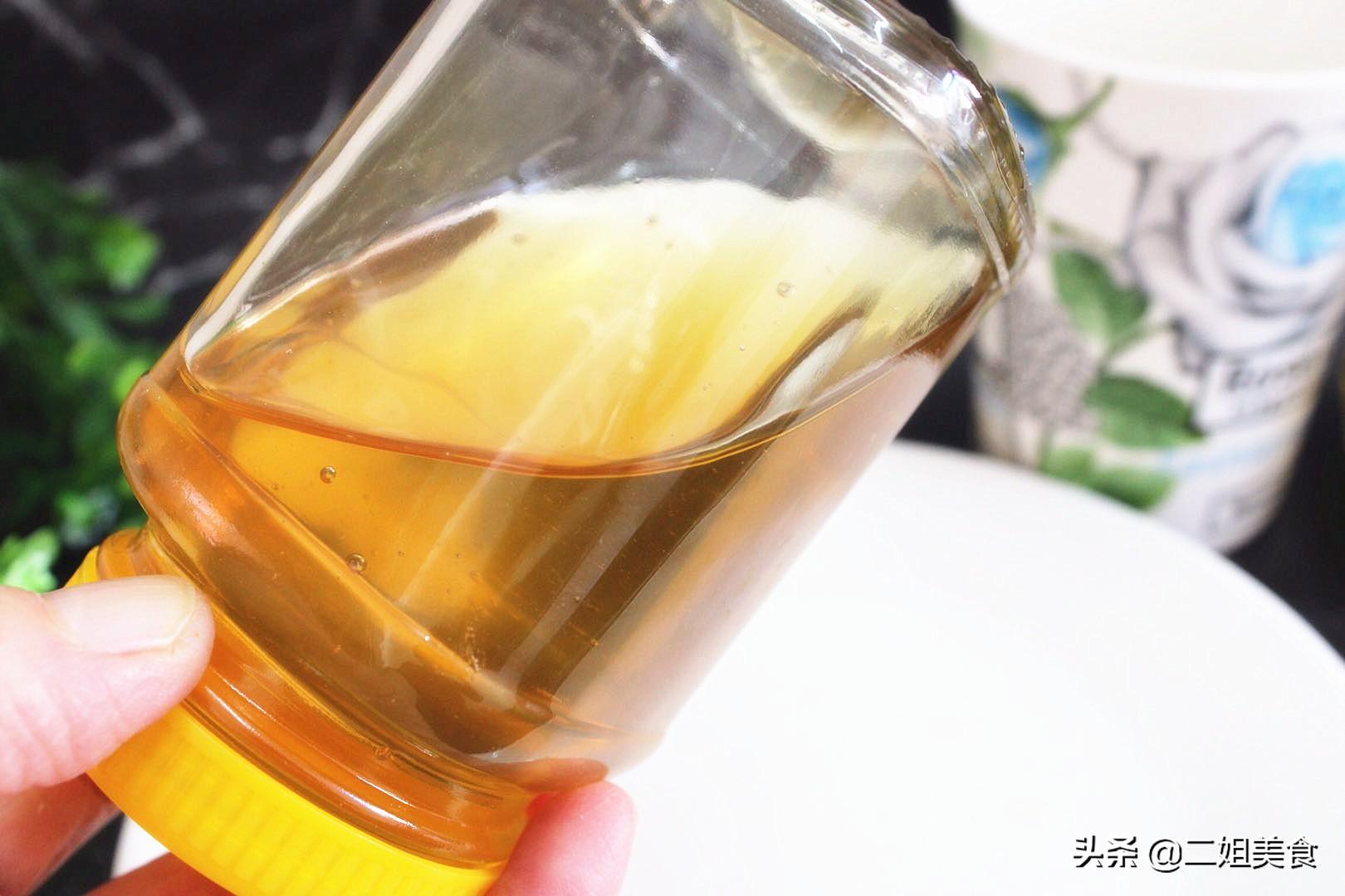 買蜂蜜時,只需要將蜂蜜瓶子倒扣過來,真假蜂蜜一看便知,別亂買