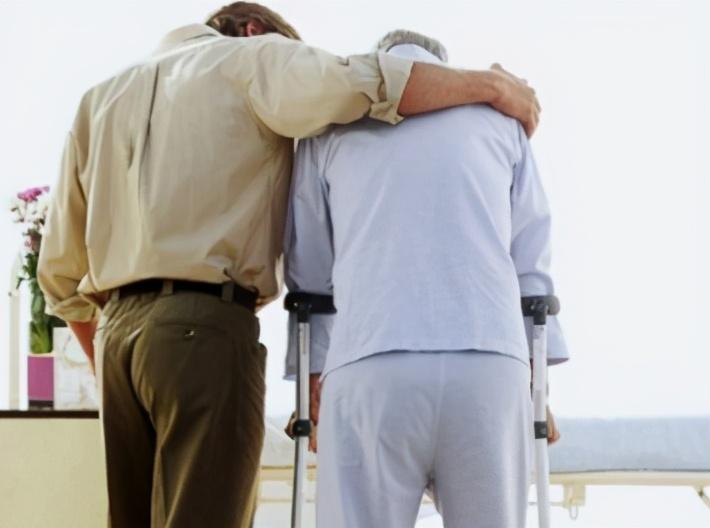 冬季寒冷骨头脆,家中老人跌倒摔伤几率增加