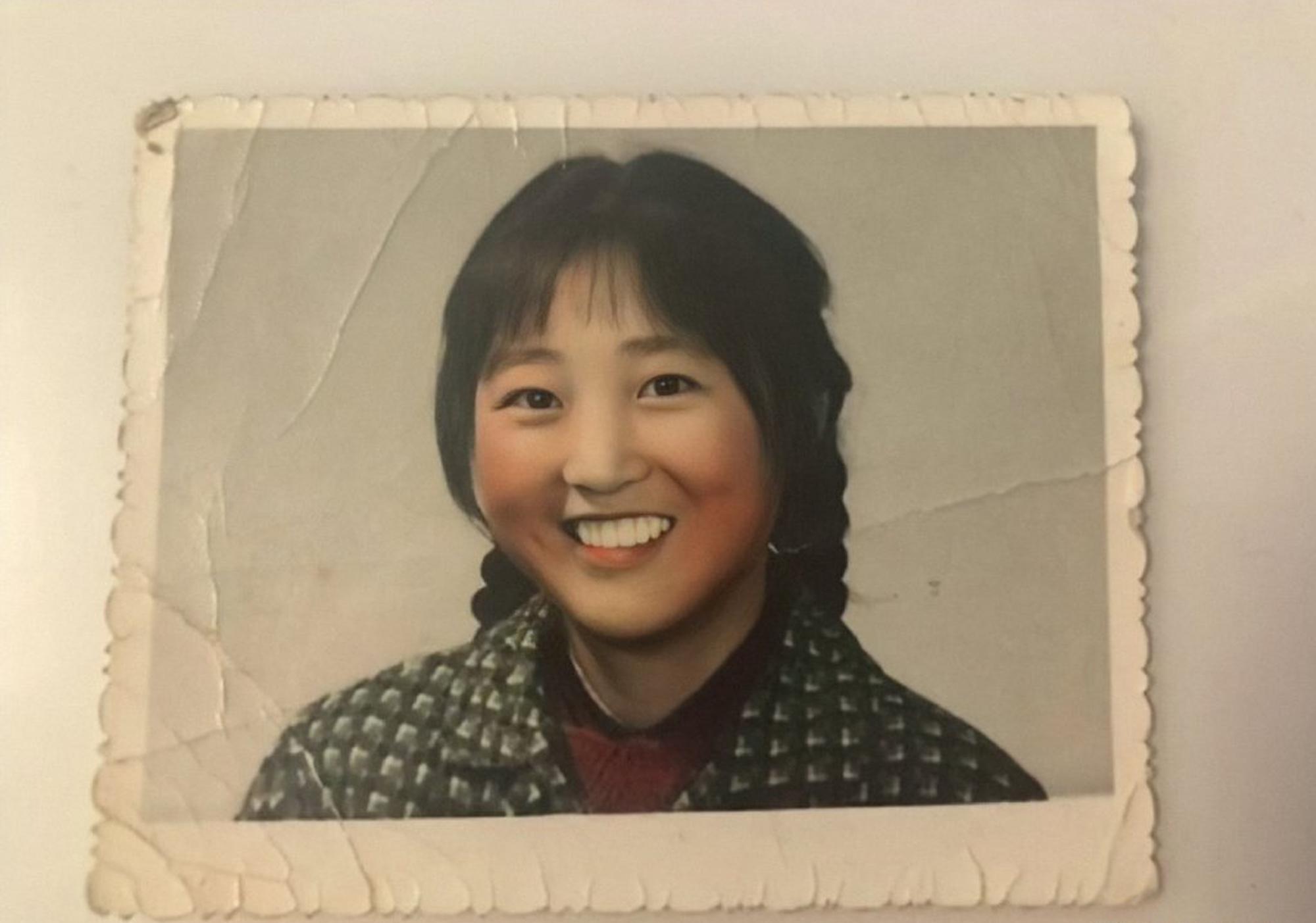 李焕英年轻旧照曝光,头扎双马尾非常漂亮,贾玲和妈妈超像