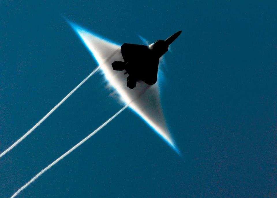 殲20飛不出音爆雲,表明它不能超音速,不如美國F22?