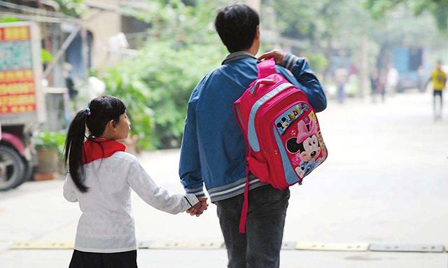 老师布置作文《上学路上的风景》,儿子放学后大哭,原因笑翻妈妈