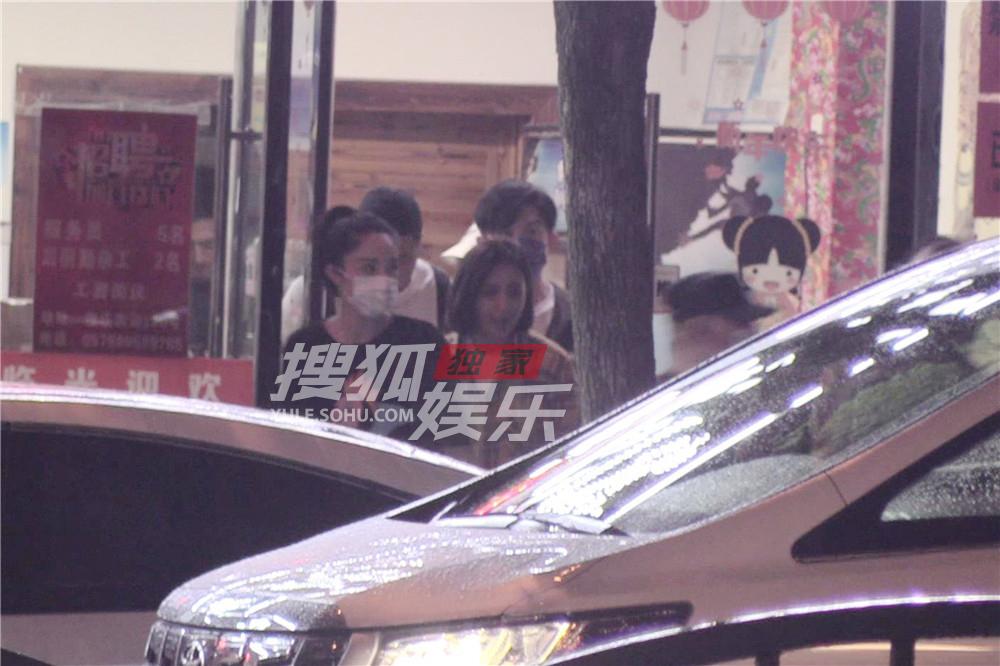 独家:神仙饭局!郭德纲横店与董璇佟丽娅吃铁锅炖