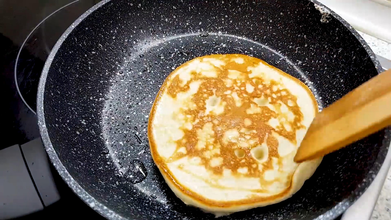 香蕉里打入3个蛋黄,出锅后又香又软 各地小吃 第7张