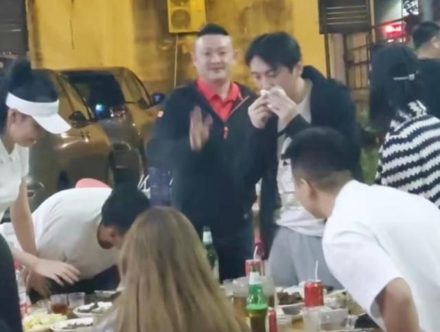 王思聪三亚过年,带美女吃路边摊醉鹅,碰到粉丝敬酒超给面子