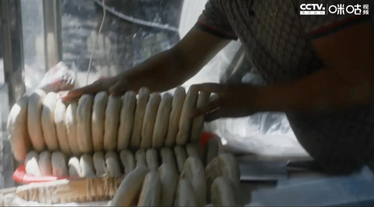 跟着《装台》说西安—西安人爱吃的锅盔