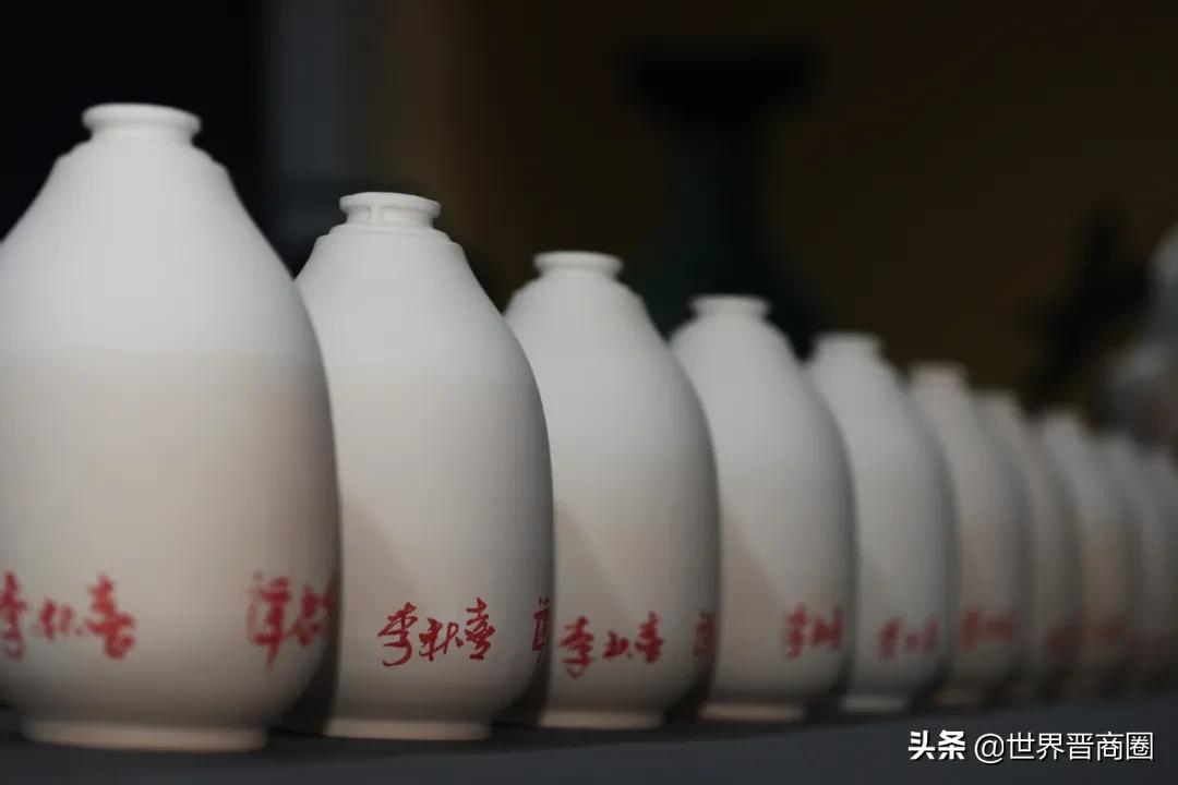 """李秋喜、谭忠豹这个动作真帅!汾酒""""长寿酒""""签名仪式景德镇举行"""