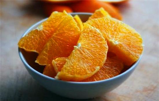 家裡來客人了,學會這樣切橙子,吃著不髒手不流汁,人人都誇聰明