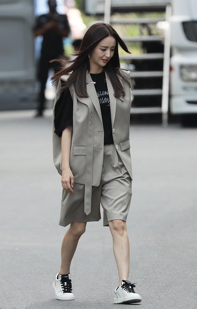 佟丽娅离婚后美出新自我,穿西装马甲配短裤英姿飒爽,女神范十足
