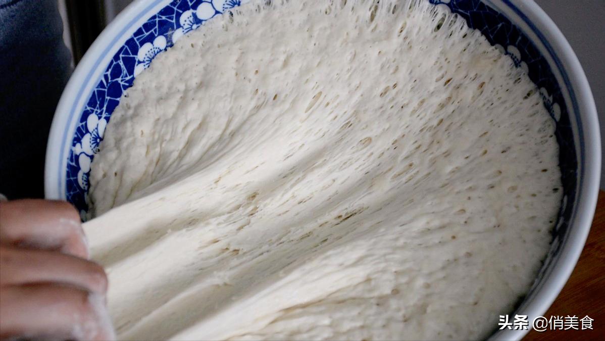 油饼这样做又软又蓬松,和面的比例很关键,放半个月都不会硬 美食做法 第7张