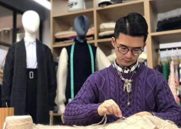 """80后的广东""""最娘""""潘瑞斌,回到家乡织毛衣,登上央视,带着50个村妇创业"""